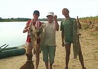 《水库钓鱼视频》 男子手绳双飞巨型鲶鱼