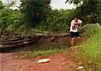 《垂钓对象鱼视频》 夏季湖边男子路亚竿钓草鱼