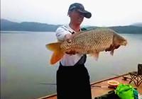《垂钓对象鱼视频》 男子水库筏钓巧遇大鲤鱼
