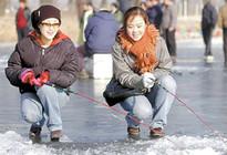 韩国洪川江六千人冰上垂钓场面壮观