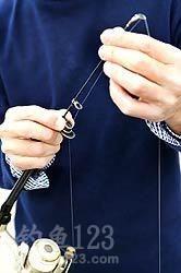 鱼线轮如何装到鱼竿上