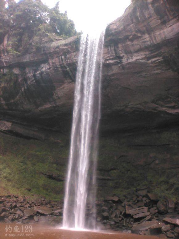 夏天的四川雨量充沛,山泉从断崖上跌落下来,挂起一帘水幕