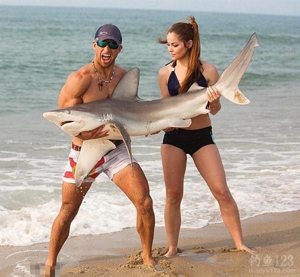 与鲨鱼合影