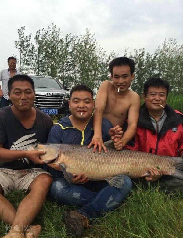 二十分钟后回来告诉我,这条鱼35斤!