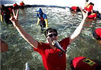 韩国万名钓友参加山鳟鱼冰钓比赛