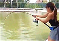 《路亚钓鱼视频》美女路亚钓手与巨型石斑鱼的邂逅
