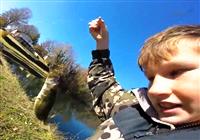 《路亚钓鱼视频》十岁小钓手疯狂路亚鲈鱼