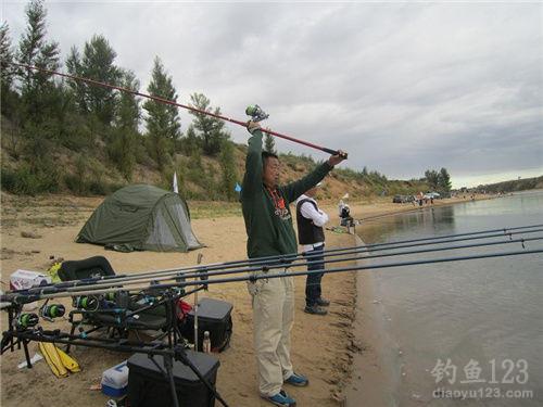 钓鱼技巧 钓法大全 抛竿钓 使用海竿和远投竿时正确的抛投方法