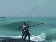 《海钓视频》 礁石上矶钓遛鱼中遇到涨潮