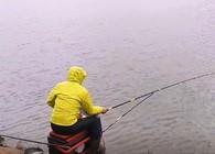 《麦子钓鱼》钓鱼实战:大风7.2米长竿战板鲫,连拔、双飞、超爽