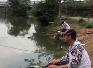 《户外老曹》老曹和船长钓鱼角逐,看看能送出几支鱼竿