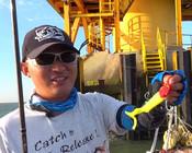 《蓝旗鱼路亚》风车海鲈PK赛,大鱼藏在柱墩的哪个位置?