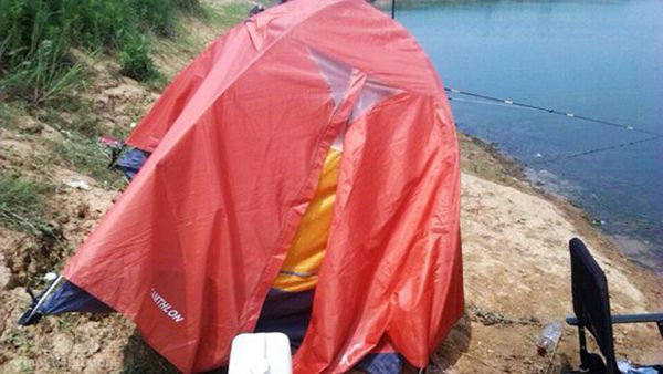 帐篷被刮下水