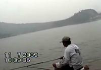 《水库钓鱼视频》钓友水库钓鱼
